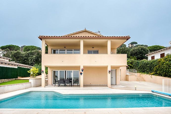 Large villa with pool located a few minutes from the beach.